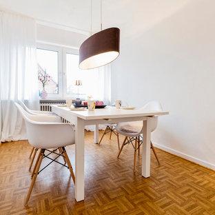 Geschlossenes, Mittelgroßes Nordisches Esszimmer ohne Kamin mit weißer Wandfarbe, braunem Holzboden und braunem Boden in Sonstige