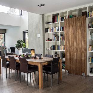 Offenes Modernes Esszimmer ohne Kamin mit weißer Wandfarbe, braunem Holzboden und braunem Boden in Bonn