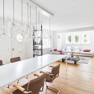 Offenes, Großes Modernes Esszimmer ohne Kamin mit weißer Wandfarbe, hellem Holzboden und beigem Boden in Köln