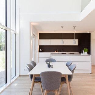 Foto di una grande sala da pranzo aperta verso il soggiorno scandinava con pareti bianche, pavimento in vinile, nessun camino e pavimento beige