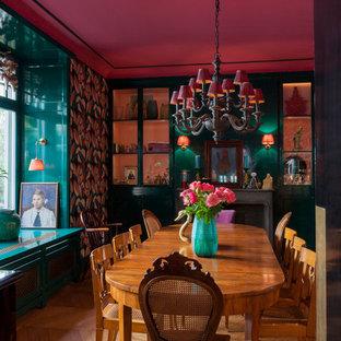 Geschlossenes, Großes Eklektisches Esszimmer mit bunten Wänden, braunem Holzboden und braunem Boden in Frankfurt am Main