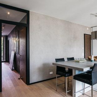 Mittelgroße Moderne Wohnküche ohne Kamin mit beiger Wandfarbe, hellem Holzboden und beigem Boden in Hamburg