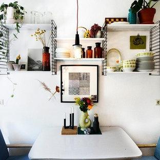 Foto de comedor ecléctico, pequeño, con paredes blancas y suelo gris