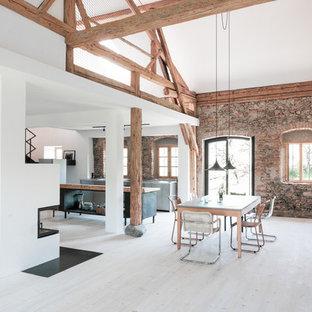 Offenes Landhausstil Esszimmer mit weißer Wandfarbe, hellem Holzboden und beigem Boden in München