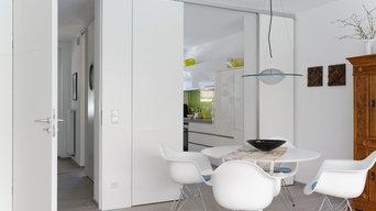 Essbereich mit Blick in die Küche und in den Flur