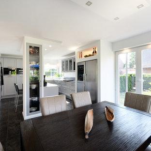 Offenes, Mittelgroßes Modernes Esszimmer ohne Kamin mit weißer Wandfarbe, Schieferboden und schwarzem Boden