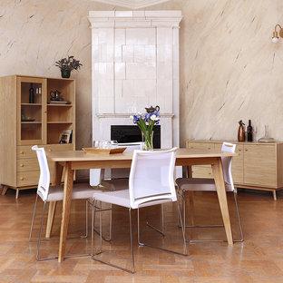 Geschlossenes, Mittelgroßes Retro Esszimmer mit beiger Wandfarbe, braunem Holzboden, Kaminofen, gefliester Kaminumrandung und braunem Boden in Düsseldorf