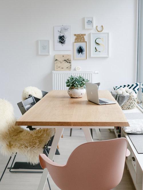 Nordisches Esszimmer Mit Weißer Wandfarbe, Hellem Holzboden Und Beigem  Boden In Sonstige