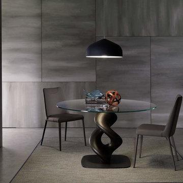 Esszimmer in Grautönen mit modernen Esszimmerstühlen