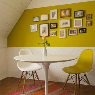 Diseño de comedor actual, pequeño, cerrado, sin chimenea, con paredes blancas y suelo marrón