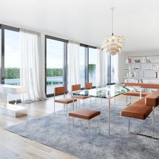 Großes, Offenes Modernes Esszimmer mit weißer Wandfarbe, hellem Holzboden, Gaskamin, Kaminumrandung aus Stein und beigem Boden in Dresden