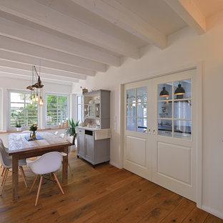 Foto de comedor de estilo de casa de campo, de tamaño medio, abierto, con paredes negras y suelo de madera en tonos medios