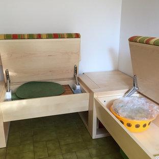 Idee per una sala da pranzo aperta verso il soggiorno contemporanea di medie dimensioni con pareti bianche, pavimento in gres porcellanato e pavimento verde