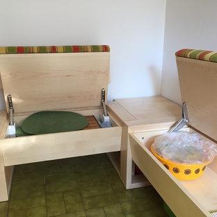 Ispirazione per una sala da pranzo aperta verso il soggiorno minimal di medie dimensioni con pareti bianche, pavimento in gres porcellanato e pavimento verde