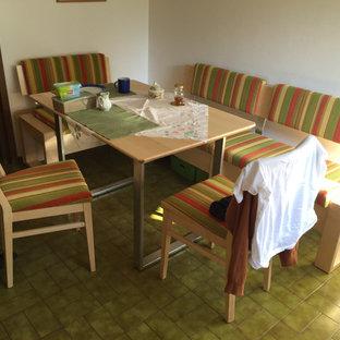 Immagine di una sala da pranzo aperta verso il soggiorno minimal di medie dimensioni con pareti bianche, pavimento in gres porcellanato e pavimento verde