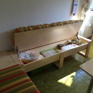 Immagine di una sala da pranzo aperta verso il soggiorno contemporanea di medie dimensioni con pareti bianche, pavimento in gres porcellanato e pavimento verde