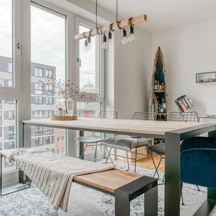 Offenes, Mittelgroßes Nordisches Esszimmer mit weißer Wandfarbe, braunem Boden und hellem Holzboden in Hamburg