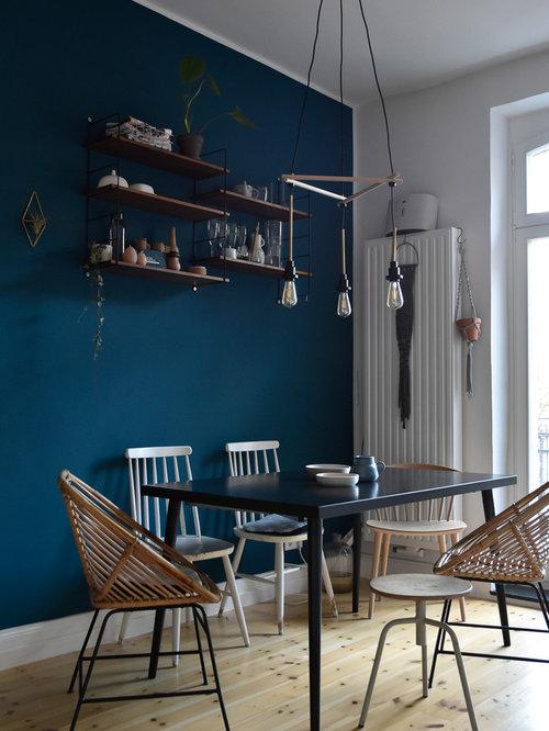 Mittelgroßes Nordisches Esszimmer Mit Blauer Wandfarbe, Hellem Holzboden  Und Beigem Boden In Köln
