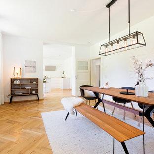 Modernes Esszimmer mit weißer Wandfarbe, braunem Holzboden und braunem Boden in Essen