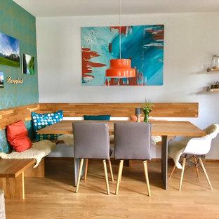 Mittelgroße Eklektische Wohnküche ohne Kamin mit blauer Wandfarbe, braunem Holzboden und braunem Boden in München