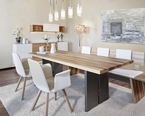 Mittelgroßes, Geschlossenes Modernes Esszimmer Ohne Kamin Mit Beiger  Wandfarbe, Dunklem Holzboden Und Braunem Boden