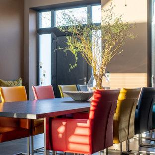 Offenes, Großes Modernes Esszimmer mit brauner Wandfarbe und schwarzem Boden in Bremen