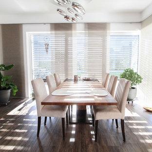 Geschlossenes Modernes Esszimmer mit weißer Wandfarbe, dunklem Holzboden und braunem Boden in Sonstige