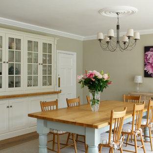 Geschlossenes, Mittelgroßes Landhausstil Esszimmer mit grüner Wandfarbe und hellem Holzboden in Sonstige