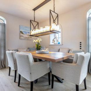 Idee per una grande sala da pranzo tradizionale con pareti beige, parquet chiaro e pavimento beige