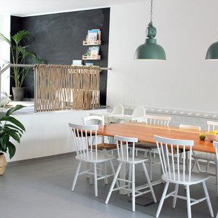 Offenes, Mittelgroßes Modernes Esszimmer ohne Kamin mit weißer Wandfarbe, Betonboden und grauem Boden in Berlin