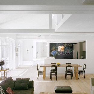 Offenes, Großes Modernes Esszimmer mit weißer Wandfarbe und hellem Holzboden in Berlin