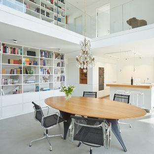 Geräumige Moderne Wohnküche ohne Kamin mit weißer Wandfarbe, Vinylboden und grauem Boden in Stuttgart