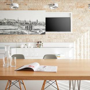 Immagine di una piccola sala da pranzo aperta verso la cucina contemporanea con pareti beige, pavimento grigio, pavimento in vinile e nessun camino