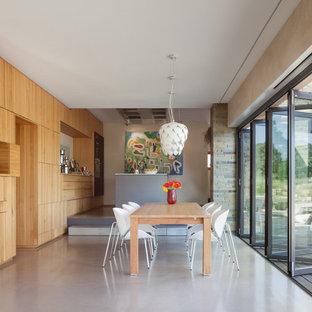 Große Moderne Wohnküche ohne Kamin mit Betonboden, grauem Boden und weißer Wandfarbe in Essen