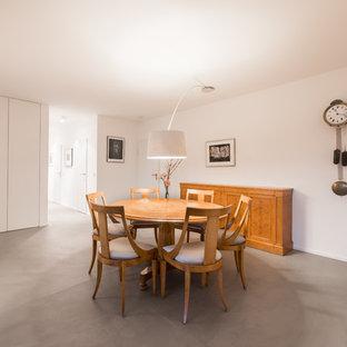 Offenes, Großes Modernes Esszimmer ohne Kamin mit weißer Wandfarbe, Betonboden und grauem Boden in Köln