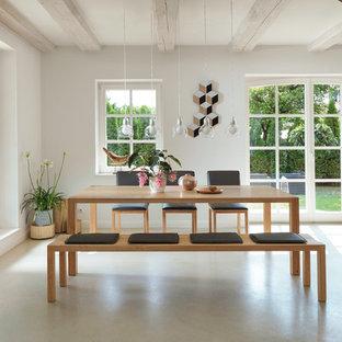 Offenes, Mittelgroßes Modernes Esszimmer ohne Kamin mit weißer Wandfarbe, Betonboden und grauem Boden in Hannover
