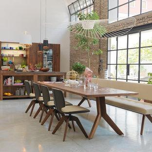 Foto di un'ampia sala da pranzo aperta verso il soggiorno industriale con pavimento grigio, pareti bianche, pavimento in vinile e nessun camino