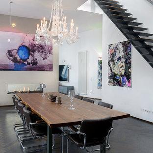 Foto di una grande sala da pranzo aperta verso il soggiorno eclettica con pareti bianche, parquet scuro, cornice del camino in intonaco e camino bifacciale