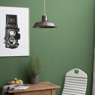 grüne Wand und Industrielampen