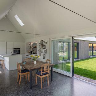 Idéer för ett stort minimalistiskt kök med matplats, med svart golv, vita väggar och linoleumgolv