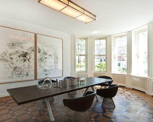 Großes Modernes Esszimmer Mit Weißer Wandfarbe Und Dunklem Holzboden In  Berlin