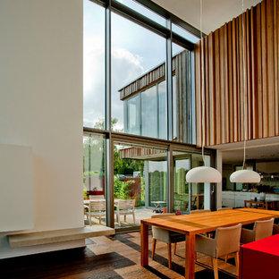 Offenes, Geräumiges Modernes Esszimmer ohne Kamin mit weißer Wandfarbe, dunklem Holzboden und braunem Boden in Dortmund