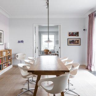 Offenes, Mittelgroßes Modernes Esszimmer ohne Kamin mit hellem Holzboden, beigem Boden und grauer Wandfarbe in Hamburg