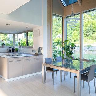 Offenes, Mittelgroßes Modernes Esszimmer ohne Kamin mit weißer Wandfarbe und grauem Boden in Stuttgart
