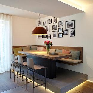 Mittelgroßes Modernes Esszimmer mit weißer Wandfarbe und braunem Holzboden in Essen