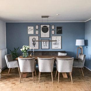 Klassisches Esszimmer mit blauer Wandfarbe, braunem Holzboden und braunem Boden in Sonstige