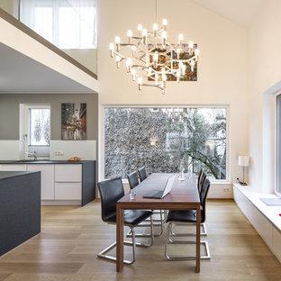 Offenes, Mittelgroßes Modernes Esszimmer ohne Kamin mit beiger Wandfarbe, braunem Holzboden und braunem Boden in Stuttgart