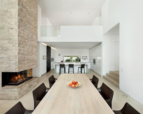 Sala da pranzo aperta verso la cucina moderna con camino ...