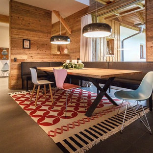 Großes, Offenes Eklektisches Esszimmer mit Keramikboden und brauner Wandfarbe in München