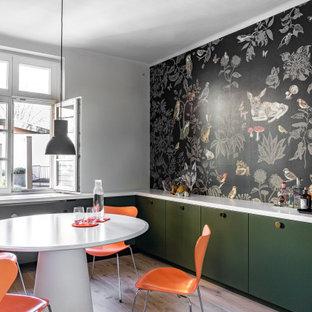 Modelo de comedor de cocina industrial, sin chimenea, con paredes multicolor y suelo de madera clara